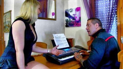 Lady Margaux ist zurück, am Piano mit ...photo 1